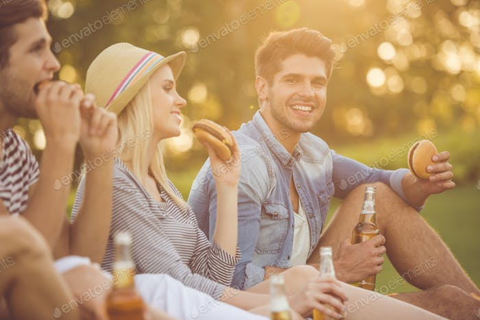 Freunde, die sich im Park ausruhen