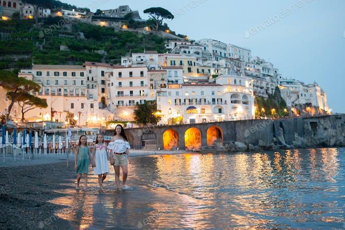Adorable kleines Mädchen auf Sonnenuntergang in Amalfi Stadt in Italien