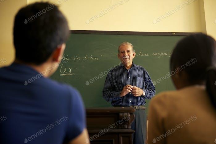 Schulleute Professor im Gespräch mit Studenten während der Lektion In Co