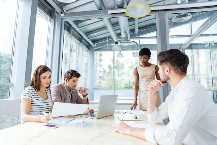 Junge Geschäftsleute treffen sich mit Teamleiter