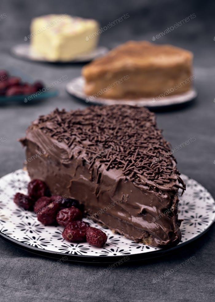 Stück hausgemachten Kuchen auf dekoriertem Teller