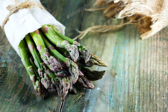 Frisch gepflückter natürlicher Bio-Spargelstrauß auf Holzhintergrund