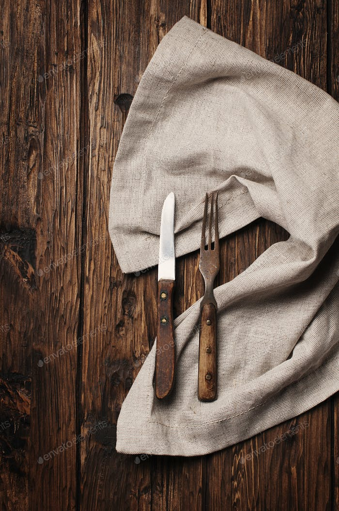 Vintage Gabel und Messer auf dem Holztisch
