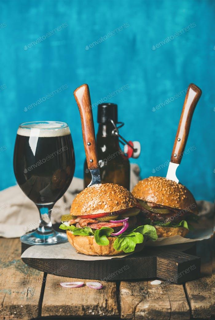 Rinder-Burger mit knusprigem Speck, Gemüse und dunklem Bier