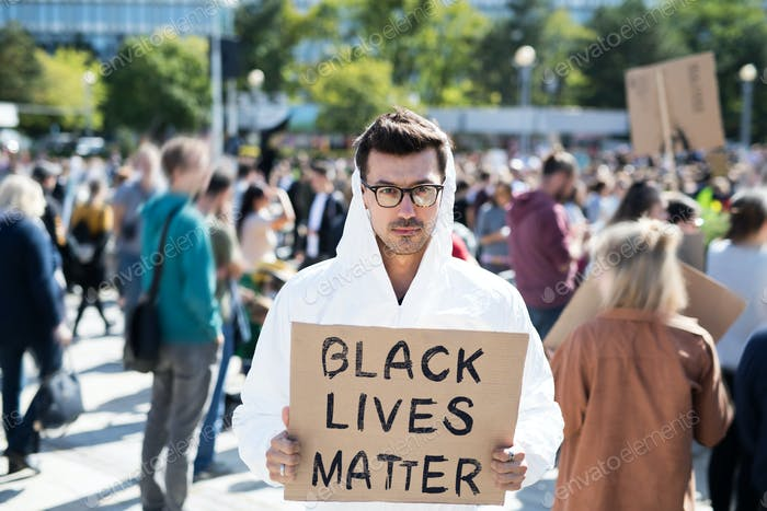 Las vidas negras importan los manifestantes sosteniendo carteles y marchando al aire libre en las calles