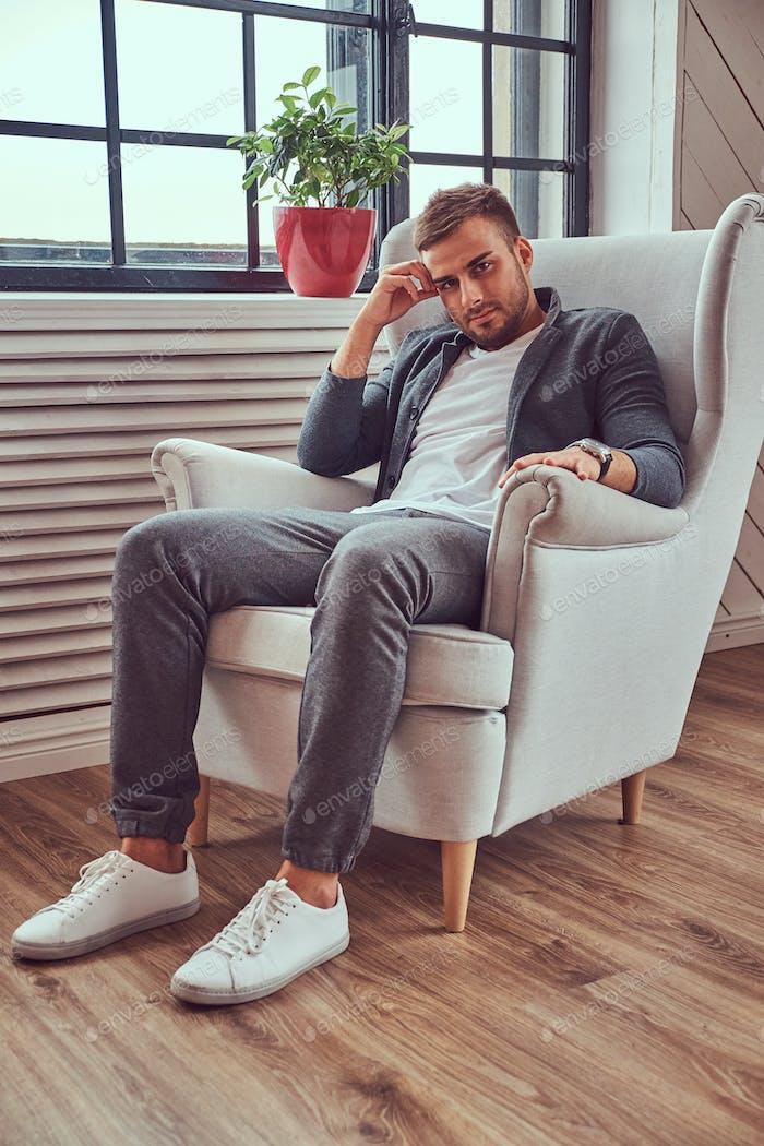 Porträt eines schönen Mannes in einer stilvollen Kleidung