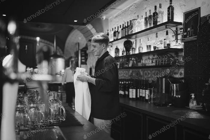 Barman en Trabajo en el pub