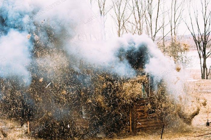 Rogatschew, Weißrussland. Bombardierung, Explosion von Holzhaus In Histori