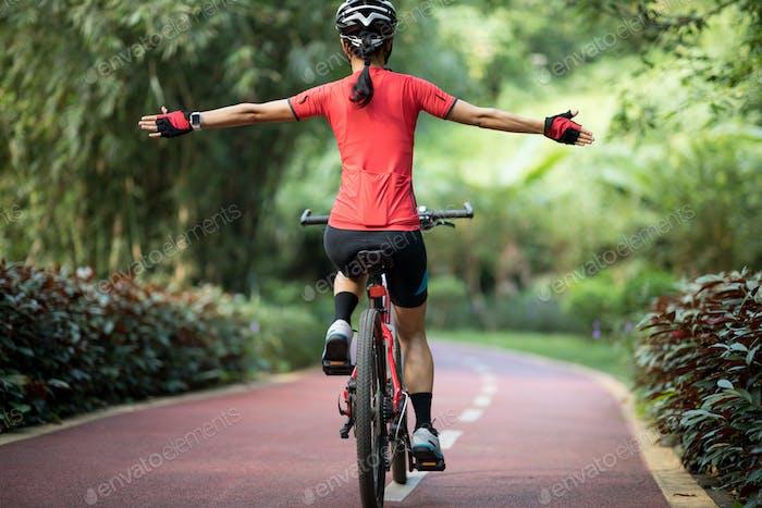 Frau Biker Reiten ohne Hand im Park
