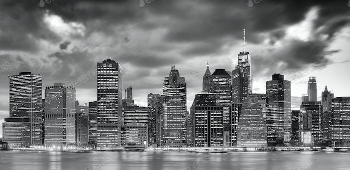 Schwarz-Weiß-Panoramabild von New York City.