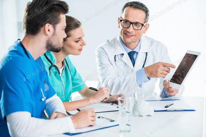 junge Ärzte und Allgemeinmediziner im Gespräch