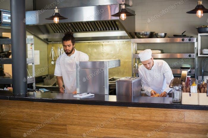 Küchenchefs arbeiten in der kommerziell Küche