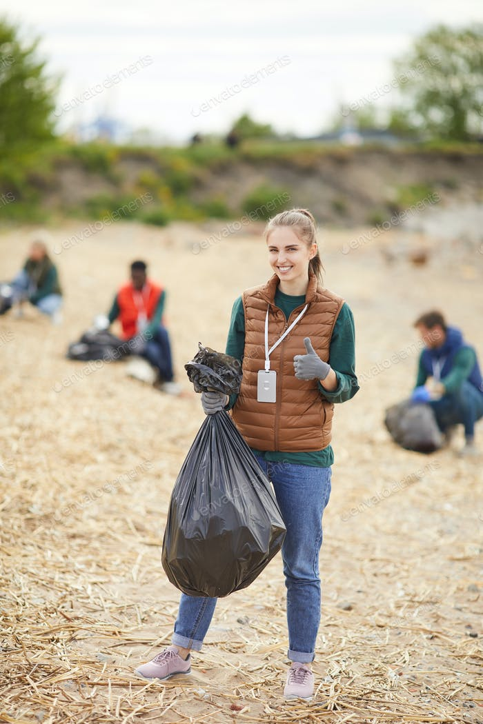 Voluntarios que trabajan al aire libre
