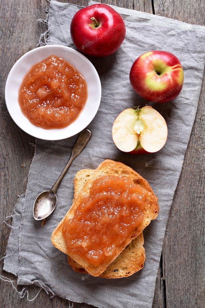 Apfelmarmelade auf Toast Brot