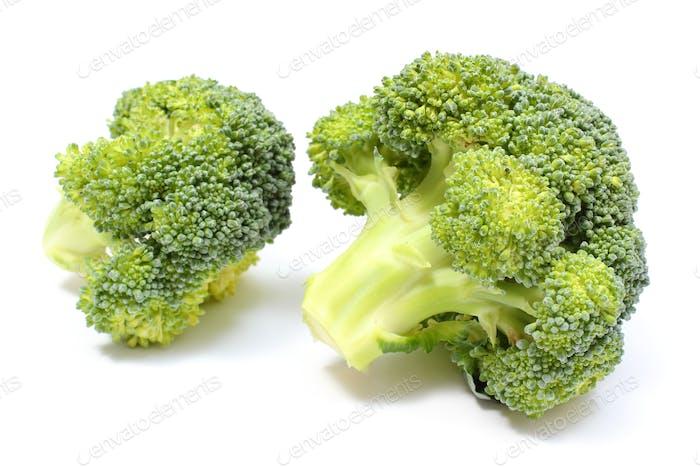 Portion frischer grüner Brokkoli. Weißer Hintergrund