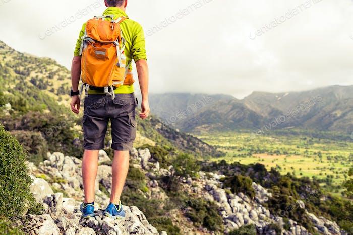 Wandermann Blick auf schöne Berge