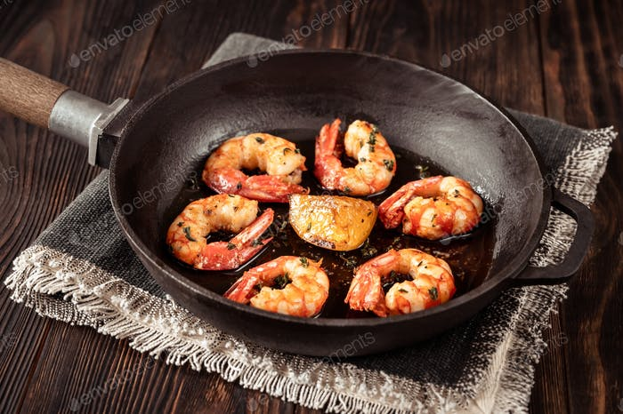 Cooked shrimps with thyme