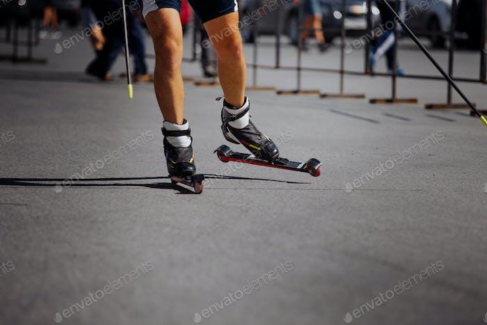 Füße Männlicher Sportler im Ski-Roller