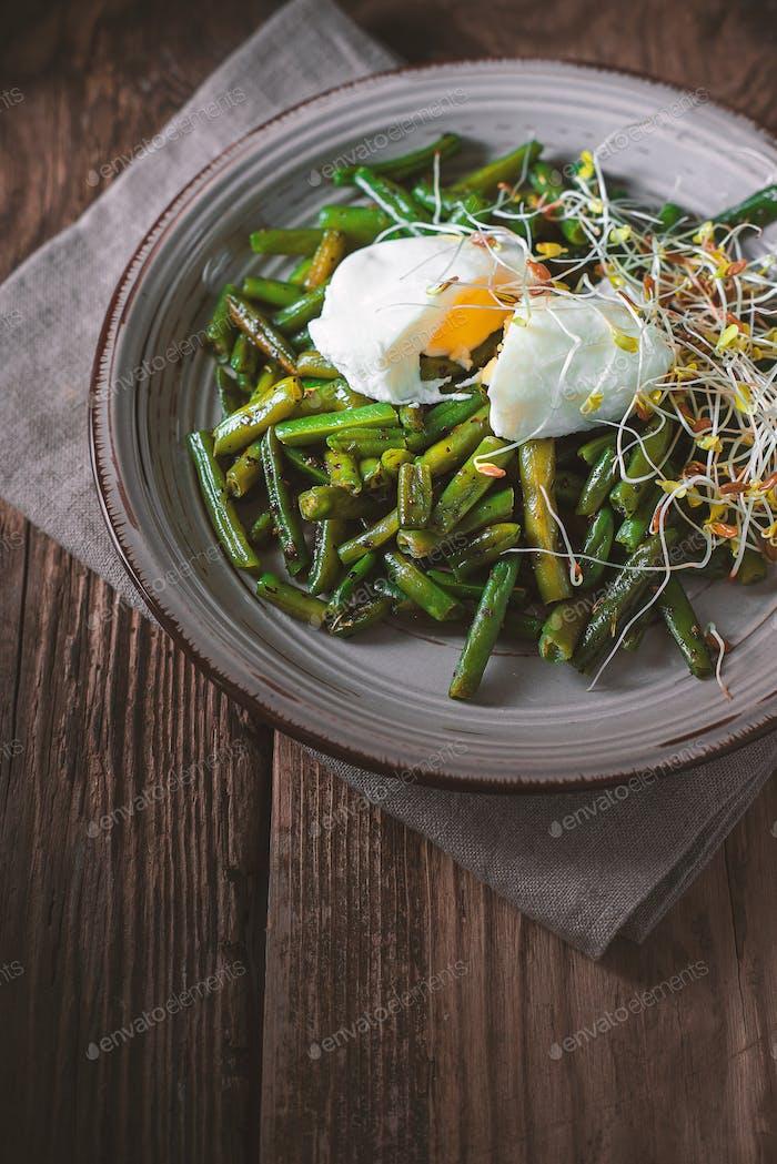 Salat mit grünen Bohnen, Flachs und Wachteleier