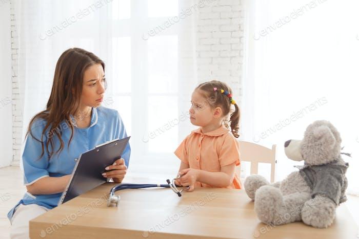 Kind an der Rezeption eines Kinderarztes