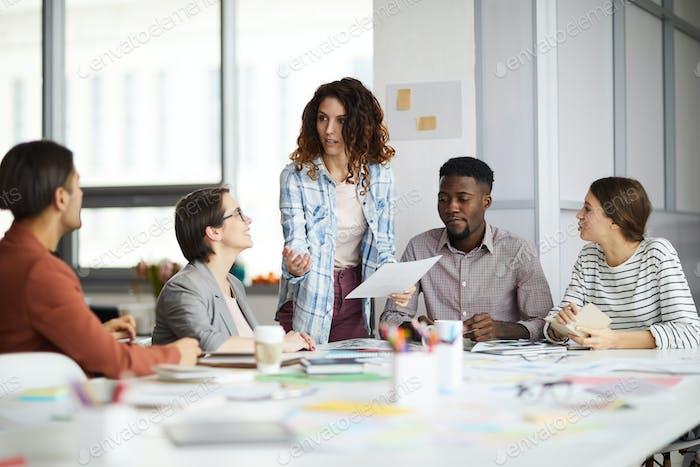 Equipo creativo en la reunión