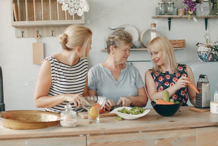 Schöne Familie bereiten Essen in einer Küche