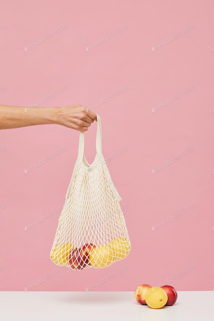 Frau kaufen frische Äpfel