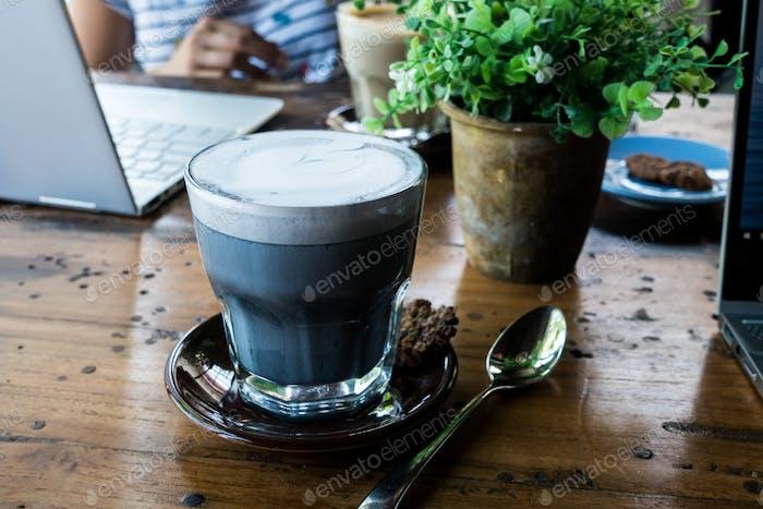 Holzkohle Latte in einem Café