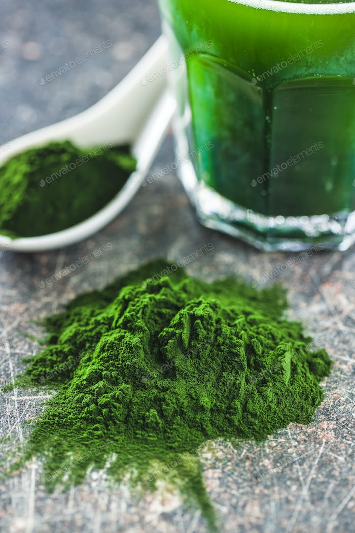 Green chlorella powder and drink.