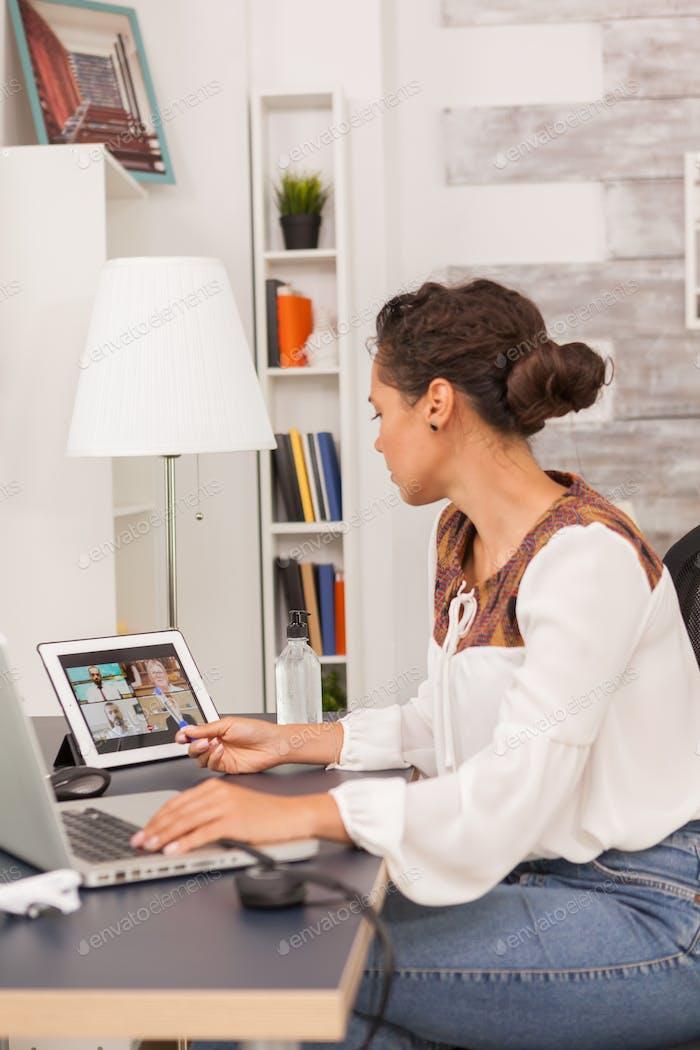 Unternehmerin auf Video anruf