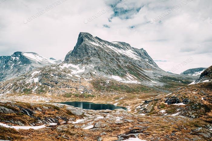 Nationalpark Reinheimen, Norwegen. See Ovstevatnet In Bergen Landschaft