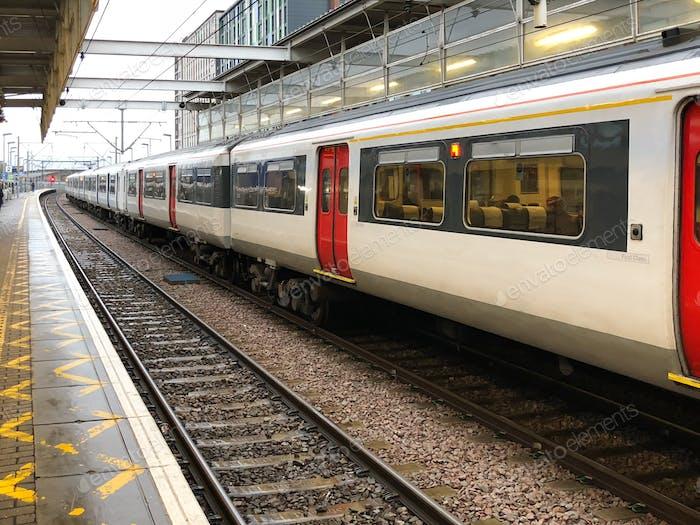 Zug am Bahnhof in London