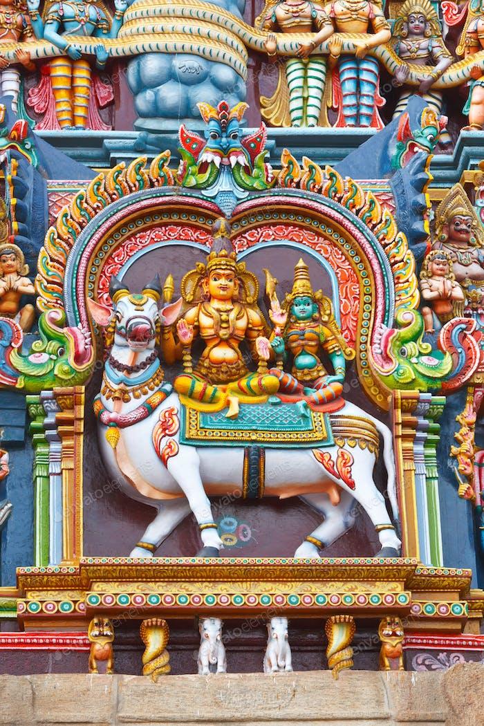 Skulpturen auf dem Hindu-Tempel Turm