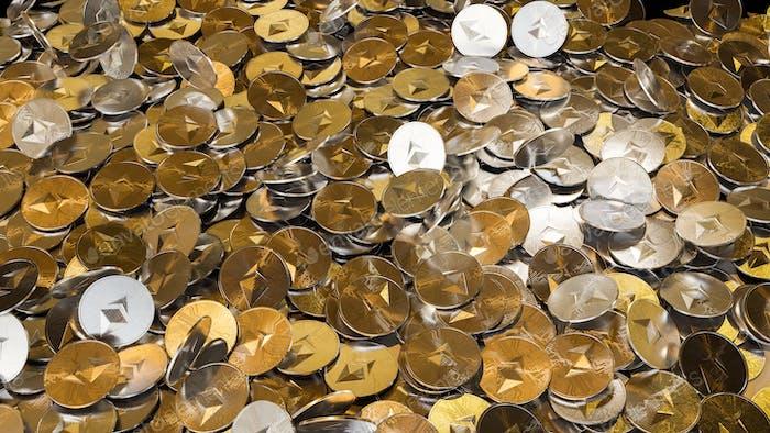 Kryptowährung Ethereum Goldene Münzen verschütten auf dem Tisch