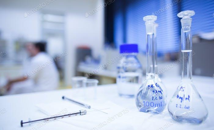 Chemielabor (flache DOF; Fokus auf die Glaswaren im Vorstehenden