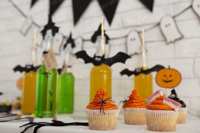 Nahaufnahme von Halloween-Getränken und Essen für süße Party im Büro