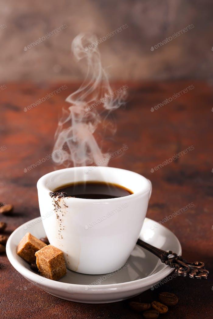 Kaffeetasse und brauner Zucker auf braunem Steinhintergrund. Copyspace für Ihren Text