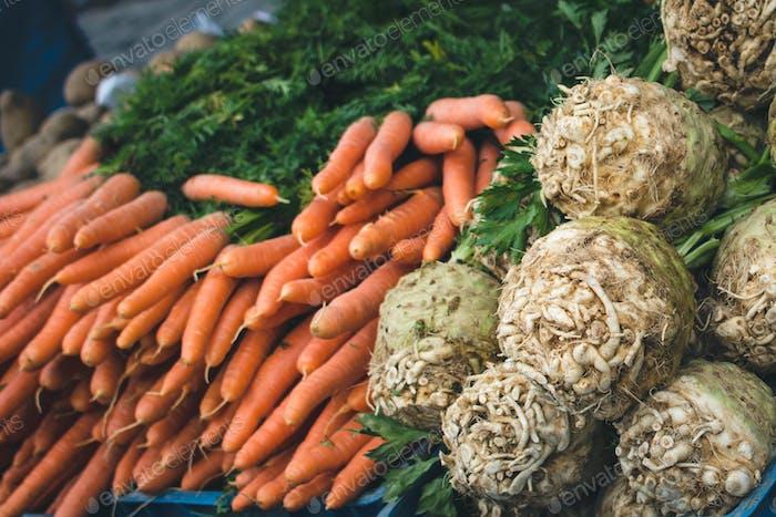 Karotten und Sellerie auf dem Markt