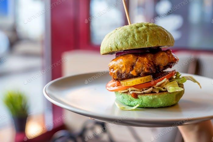 Hausgemachte Hamburger mit grünem Brötchen