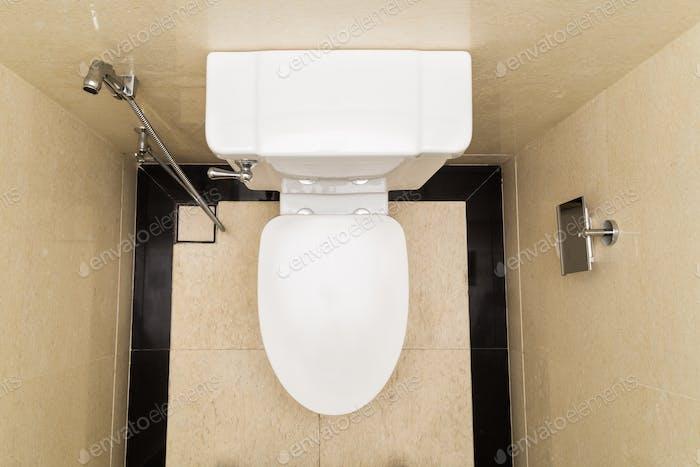 Moderne und hygienische Toilettenschüssel mit Bidet im Badezimmer