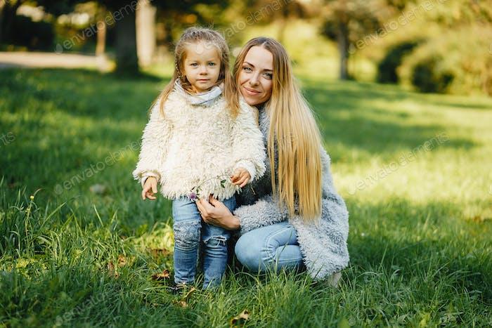 молодая мать с малышом