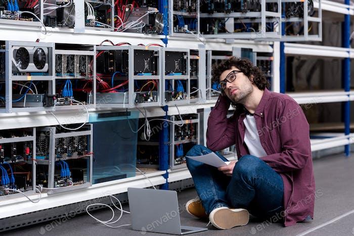 joven ingeniero informático en la granja minera de ethereum