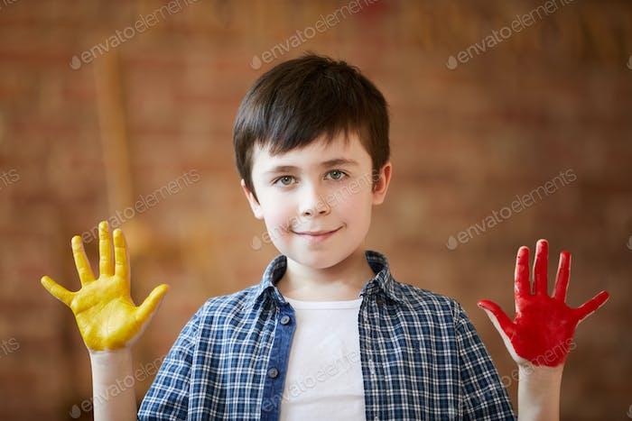 Niedliche Jungen Fingermalerei