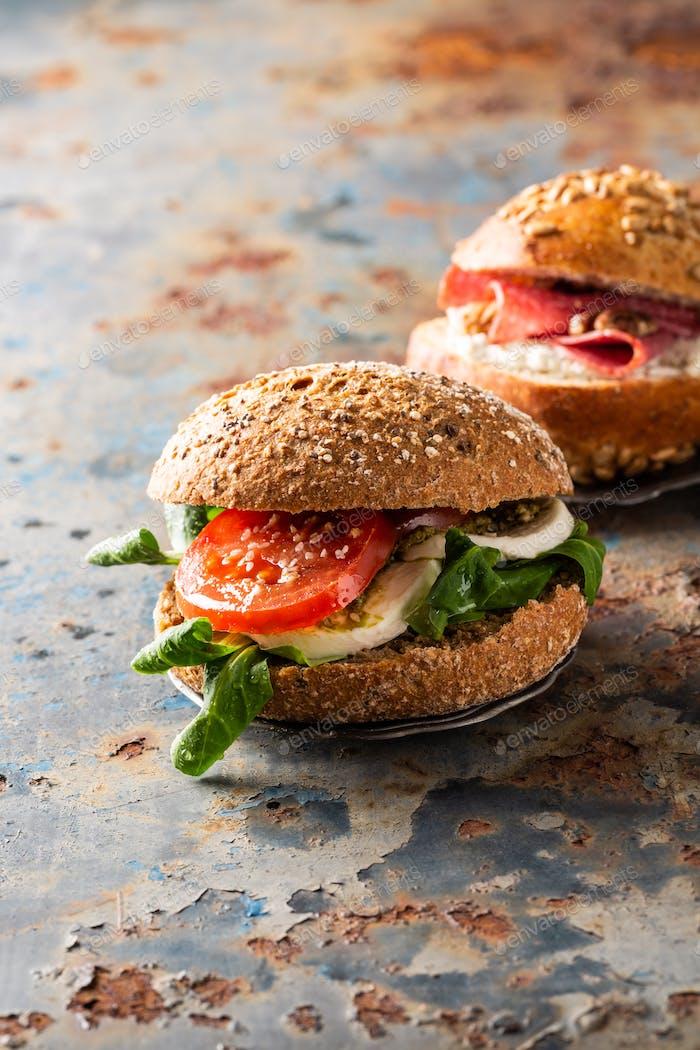 Italienische Caprese Sandwiches mit frischen Tomaten, Mozzarella-Käse