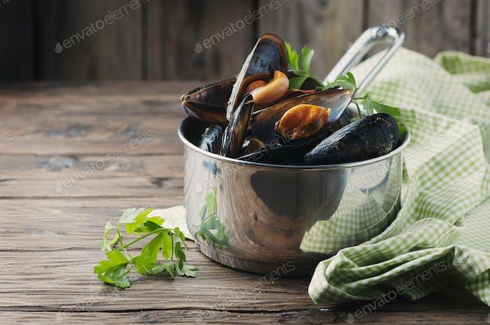 Gekochte Muscheln mit Knoblauch und Petersilie