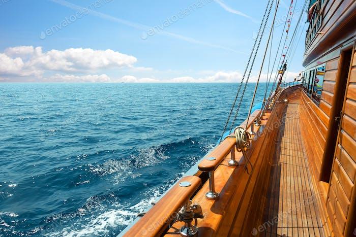 Yacht am sonnigen Tag