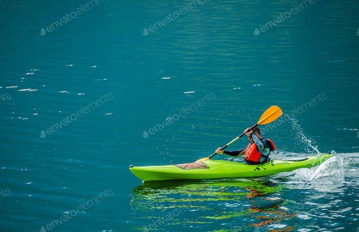 Kayaker caucasien sur le lac