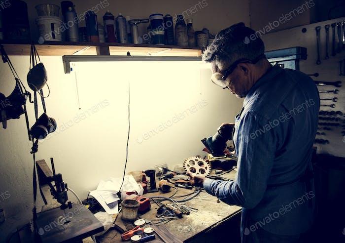Un Hombre está Trabajo en un taller
