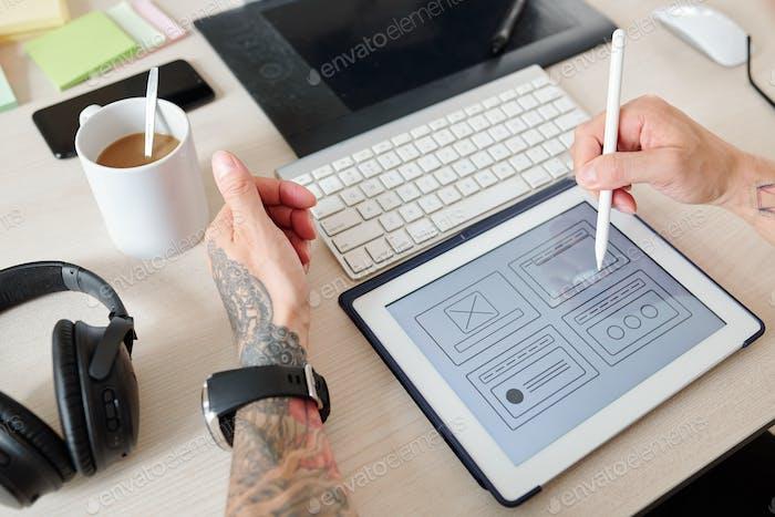 Diseñador de UI trabajando en la interfaz del sitio