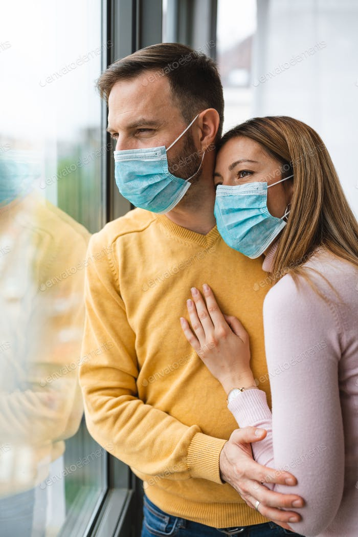 Paar home isolation auto Quarantäne tragen Gesichtsmaske Schutz für die Verbreitung von Krankheitsvirus